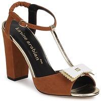 Pantofi Femei Sandale  Karine Arabian ABBAZIA Bej-nisip / Alb / Auriu
